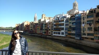 Casas coloridas sobre el Río Oñar