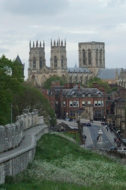 York city walls con la catedral de fondo