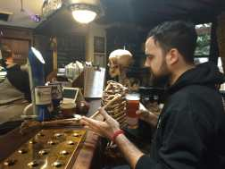 Tomando con la calavera en The Golden Fleece