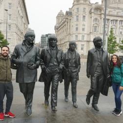La estatua de los Beatles frente al Río Mersey